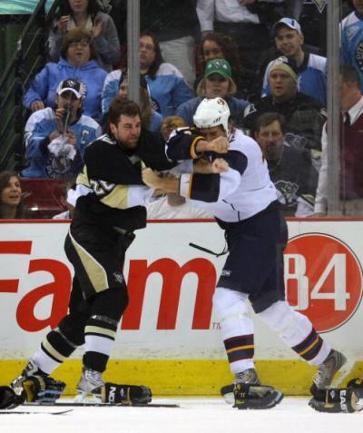 Лучший бомбардир регулярного чемпионата НХЛ Евгений Малкин набрал пять очков в матче своего клуба