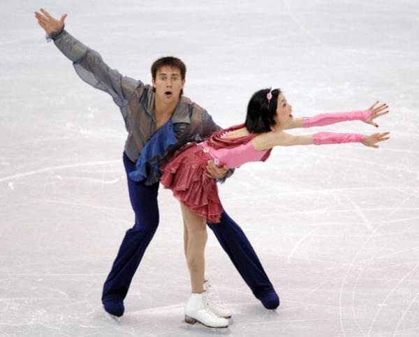 Российские фигуристы Юко Кавагути и Александр Смирнов завоевали бронзовые медали в парном катании на чемпионате мира, проходящем в Лос-Анджелесе. Фото: JEWEL SAMAD/AFP/Getty Images
