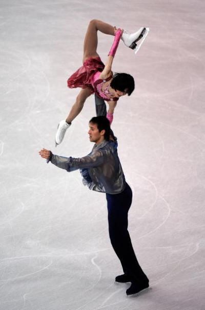 Российские фигуристы Юко Кавагути и Александр Смирнов завоевали бронзовые медали в парном катании на чемпионате мира, проходящем в Лос-Анджелесе. Фото: Kevork Djansezian/Getty Images