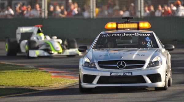 Пилот Brawn GP Дженсон Баттон следует за safety car на Гран-при Австралии. Фото: PAUL CROCK/AFP/Getty Images