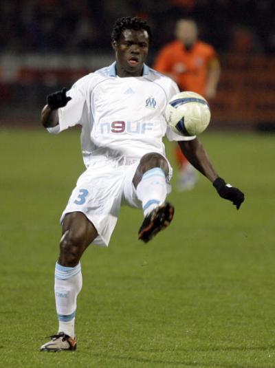 Тае Тайво (Marseille) принимает мяч от партнеров во время четвертьфинального матча кубка УЕФА. Фото: Dmitry Korotayev/Epsilon/Getty Images