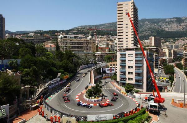Автомобили проходят первый опасный поворот на Гран-при Монако. Фото: Paul Gilham/Getty Images