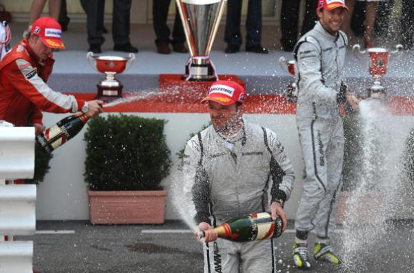 Рубенс Барикелло, Кими Райкконен и Дженсон Баттон празднуют шампанским на Гран-при Монако. Фото: FRED DUFOUR/AFP/Getty Images