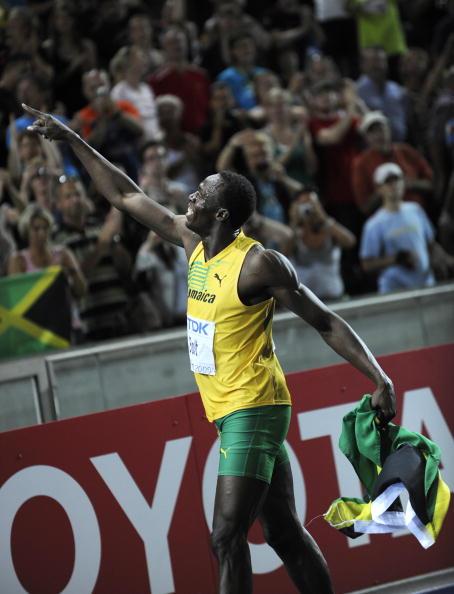 Ямайский спринтер Усейн Болт установил новый мировой рекорд в беге на 100 метров. Фото: ADRIAN DENNIS/AFP/Getty Images