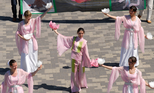 В воскресенье 22 июля по набережной Днепропетровска прошел парад последователей Фалуньгун. Фото: Владимир Бородин/The Epoch Times