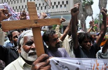 Пакистанские христиане протестуют против насилия над христианами в Годжра (Gojra). Христианские школы и колледжи бастуют. Фото: RIZWAN TABASSUM/AFP/Getty Images