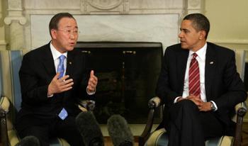 Генеральный секретарь Организации Объединенных Наций Ki-луна Запрета (Левый) и американский президент Абама (Правый) в Овальном кабинете Белого дома в Вашингтоне, округ Колумбия, 10 марта 2009. Фото: CHRIS KLEPONIS/AFP/Getty Images