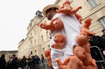 Гражданские выступления перед зданием суда. Фото: Miguel Villagran /Getty Images