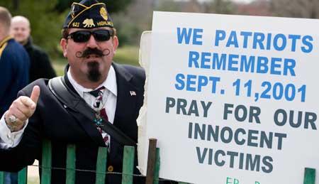 Тысячи демонстрантов прошли по Мемориальному мосту в Вашингтоне, чтобы выразить протест 6-ой годовщине американских войн в Ираке и Афганистане. Фото: Saul LOEB/Getty Images