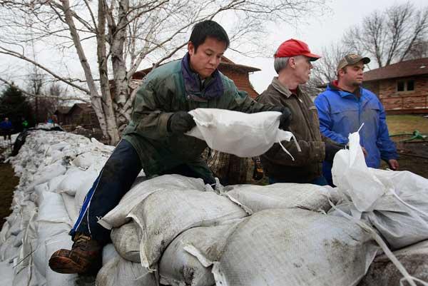 Добровольцы на реке Рэд Ривер Фото:Scott Olson/Getty Images
