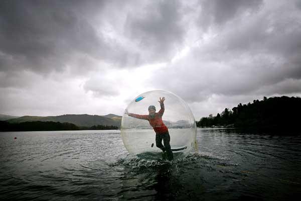 Плыть в надувном шаре по воде. Фото: Christopher Furlong/Getty Images