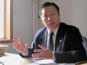 Гао Чжишень во время интервью в своем офисе в Пекине 2 ноября 2005 года. Неоднократно подвергался интенсивным пыткам за защиту последователей Фалуньгун. Фото: Verna Yu /AFP /Getty Images