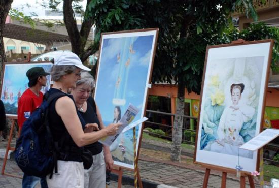 Туристы знакомятся с выставкой