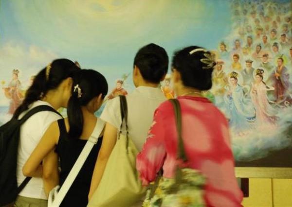 Китайская студентка сказала, что выставленные работы очень трогательны. Картина