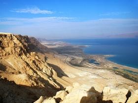 Вид на мертвое море со скал. Фото предоставлено местным советом района Свитков Мертвого моря