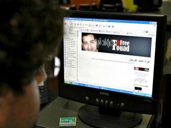Журналист просматривает веб-сайт саудовского блоггера и сторонника реформ Фуада аль-Фархана, освобожденного из тюрьмы в апреле этого года. Надпись на баннере гласит «Фуад свободен». Фото: Marwan Naamani /AFP /Getty Images