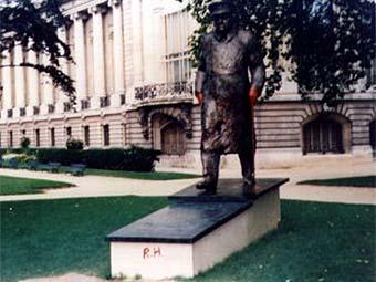 Облитый краской памятник Уинстону Черчиллю в Париже. Фото с dailymail.co.uk