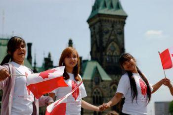 До начала мероприятий этого дня молодые люди танцевали на Парламентской горе, приглашая всех присоединится к ним. Фото: Мэтью Литл /Великая эпоха