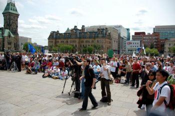 Собравшиеся слушают выступления членов правительства на Парламентской горе. Фото: Мэтью Литл/Великая эпоха