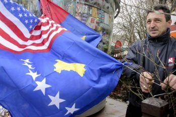 Косовский мужчина продаёт флаги Косово и США в Приштине 13 февраля 2009 г. 17 февраля в Косово отмечалась первая годовщина независимости от Сербии. Фото: Armend Nimani /AFP /Getty Images