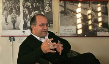 Адвокат Халед Махмид в музее Катастрофы, созданном в его офисе в Назарете. Фото: AFP PHOTO/YOAV LEMMER