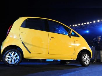 Автомобиль Тата Нано был представлен во время выставки в Мумбаи 23 марта 2009 г. Фото: Sajjad Hussain /AFP /Getty Images
