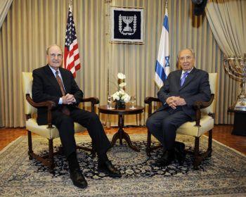 На фотографии, переданной американским посольством в Тель-Авиве, специальный посланник Джордж Митчелл (слева) рядом с израильским президентом Шимоном Пересом во время встречи в гостинице