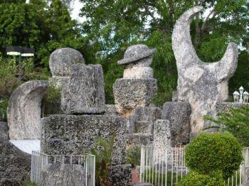 Загадочный Коралловый замок построен из огромных каменных глыб общей массой свыше 1100 тонн. Тем не менее, эти камни были обработаны, перенесены и установлены одним человеком. Фото: Christina Rutz