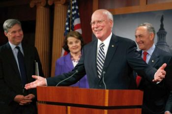 Сенатор Патрик Леи (в центре) 6 августа 2009 г. на Капитолийском холме в Вашингтоне говорит с журналистами об избрании Сенатом Сони Сотомайор в качестве нового верховного судьи. Рядом с сенатором Леи сенатор Шелдон Уайтхауз (слева), сенатор Диан Фейнстейн (вторая слева) и сенатор Чарльз Шумер (справа). Фото: Mark Wilson/Getty Images
