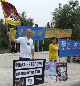Член движения за свободный Тибет (слева) и китаянка, просящая политического убежища, во время митинга. Фото: Далья Арпаз /Великая Эпоха