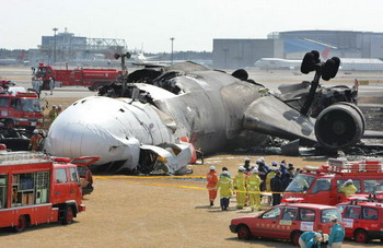 В результате инцидента самолет развалился на части и практически полностью сгорел, оба летчика погибли. MD-11 выполнял регулярный рейс из китайского города Гуанчжоу. При посадке в Нарита его пилот, по предварительным данным, не сумел справиться с управлением из-за сильного встречного ветра. Фото: STR/AFP/Getty Images
