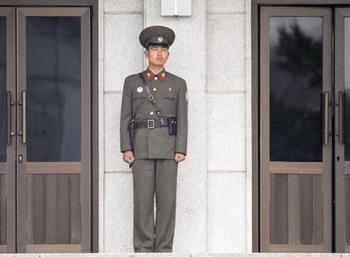 В Северной Корее завершается монтаж ракеты-носителя. Как заявляют власти, с ее помощью Пхеньян намерен вывести на орбиту экспериментальный спутник связи. Фото: UNG YEON-JE/AFP/Getty Images