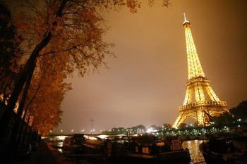Эйфелева башня в Париже, - символ города. Divine Performing Arts до воскресенья в гостях Palais de Congrиs. Фото: Thomas Coex/AFP/Getty Images