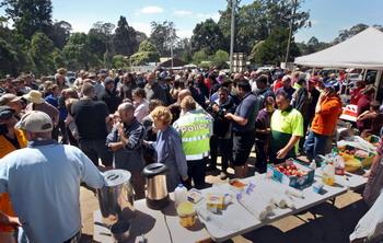 Жители собираются в городском парке Кинглейк, чтобы решить что делать после того, как их жилища были опустошены пожарами 9 февраля 2009 г.. Фото: TREVOR PINDER/AFP/Getty Images