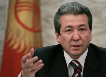 Глава Киргизского Совета Безопасности, Адахан Мадумаров, говорит на пресс-конференции в Бишкеке о судьбе американской авиабазы Манас. Фото: VYACHESLAV OSELEDKO/AFP/Getty Images
