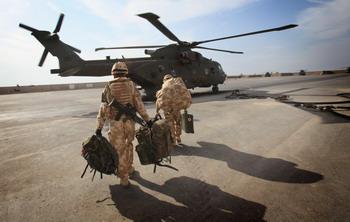 Американские десантники грузятся на вертолет в Ираке. Фото: Matt Cardy/Getty Images