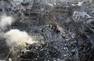 Руины в Секторе Газы после израильского воздушного удара в в северной части анклава. На фото ракета разрушила пятиэтажный дом. Фото: MAHMUD HAMS/AFP/Getty Images
