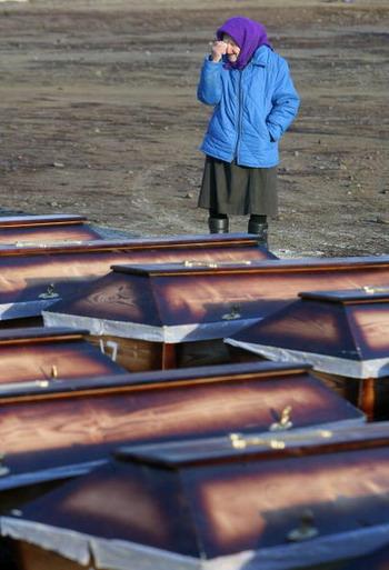 По различным данным, от голода погибли 7-8 миллионов человек, из них 3-3,5 миллиона на Украине, 2 миллиона - в Казахстане и Киргизии и 2-2,5 миллиона - в РСФСР. 23 ноября в Украине отмечается как День памяти жертв Голодомора и политических репрессий. Фото: SERGEI SUPINSKY/AFP/Getty Images
