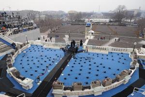 В американской столице все готово к церемонии вступления в должность 44-го президента США. Впервые в 233-летней истории страны главой государства был избран в ноябре прошлого года афроамериканец - 47-летний Барак Обама. Фото: ROBYN BECK/AFP/Getty Images