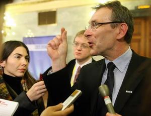 Еврокомиссар по энергетике Андрис Пиебалгс сказал о том, что ЕС не собирается финансировать проект, однако может способствовать получению кредитов для его реализации. Фото: FERENC ISZA/AFP/Getty Images