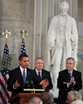 Вечером в пятницу 13 февраля 2009 г. Сенат США одобрил предложенный администрацией Барака Обамы план мер по урегулированию экономического кризиса. Фото: Mark Wilson/Getty Images