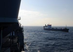 Сухогруз Фаина с борта американского военного корабля. Фото: Jason Zalasky/U.S. Navy via Getty Images