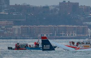 Спасатели в лодках крепят к самолету буксировочные тросы. Фото: Mario Tama/Getty Images