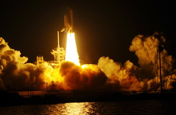 Американский космический челнок успешно стартовал с космодрома на мысе Канаверал, штат Флорида. Фото: BRUCE WEAVER/AFP/Getty Images