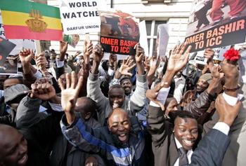 Протестующие в Лондоне 4 марта 2009. Члены сообщества Дарфур собрались в среду, чтобы вспомнить жертвы преступлений в Дарфуре. Amnesty International приветствовала ордер на арест президента Судана Омара аль Бешара как
