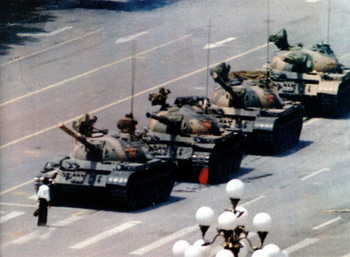 Знаменитая фотография гражданского мирного протеста студентов 4 июня 1989 года на площади Врат небесного спокойствия - Тяньаньмэнь в Пекине  64memo.com