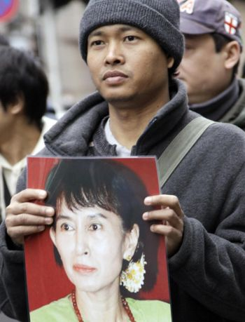 Гражданин Бирмы, проживающий в Японии, держит портрет задержанного демократического лидера Аун Сан Су Кий во время пикета у посольства Бирмы в Токио 13 марта 2009 г. - 21-ой годовщины дня прав человека в Бирме. Фото: Yoshikazu Tsuno/AFP/Getty Images