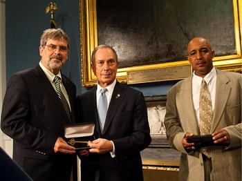 Мэр Майкл Блумберг вручает капитану «Маэрск Алабама» Ричарду Филипсу  и члену команды Вильяму Риосу ключи от города.  Фото: Эдвард Дай/ Великая Эпоха