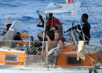 Сомалийские пираты с заложниками.Фото: Getty images
