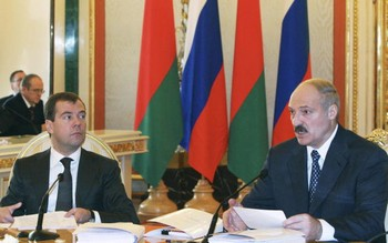 Фото: Президент России Дмитрий Медведев и президент Беларуси Александр Лукашенко. Фото: MIKHAIL KLIMENTYEV/AFP/Getty Images